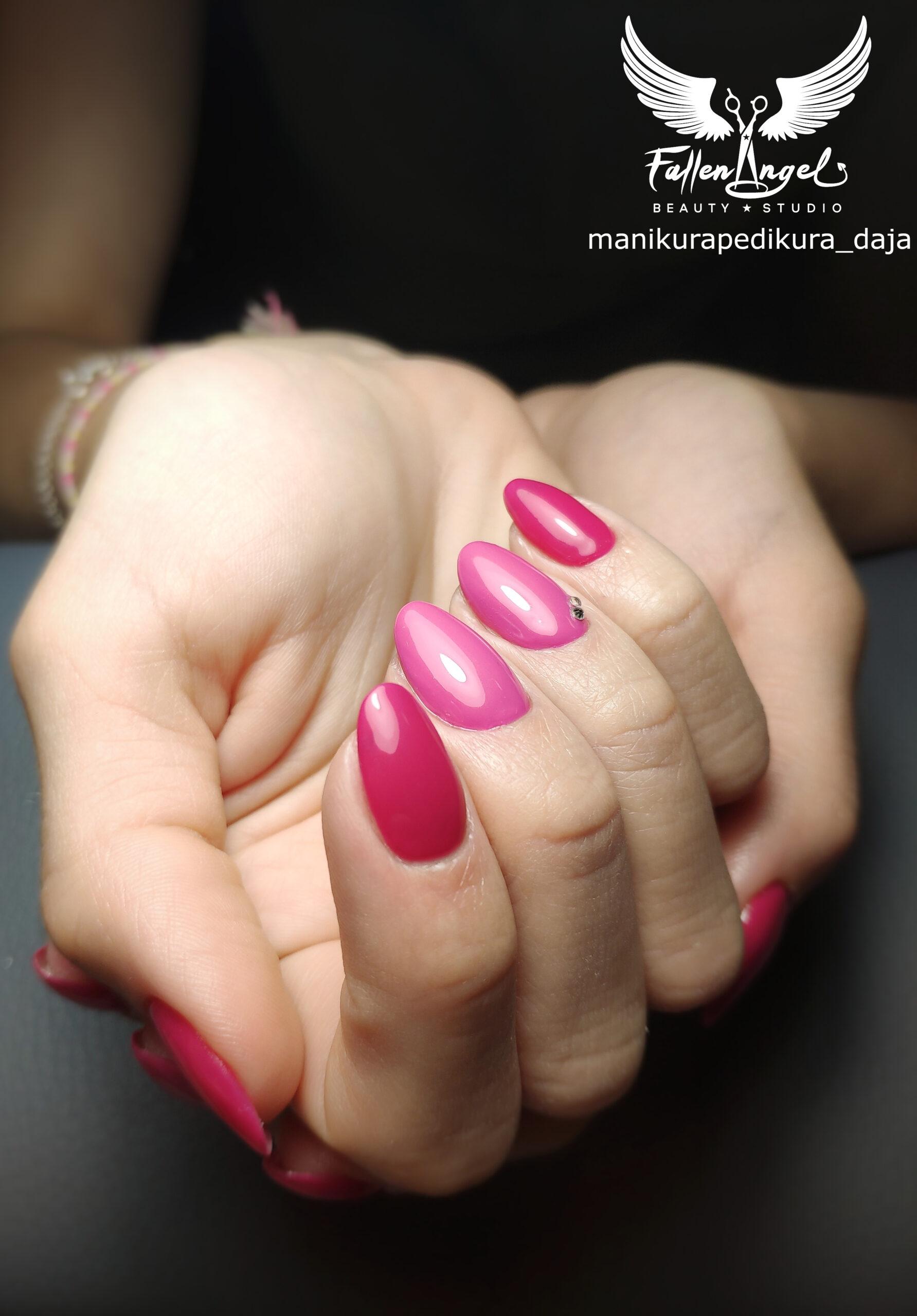 Zpevnění nehtů modelačním gel lakem s přístrojovou manikúrou.